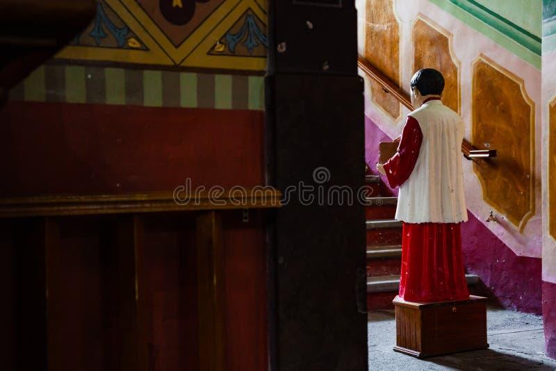 Acolyte med donationsbox för gåvor i kyrkan arkivfoton