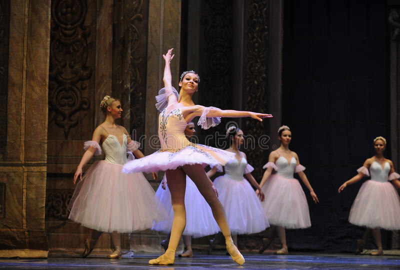 Acompañado por el ritmo del cascanueces del ballet de la música- imágenes de archivo libres de regalías