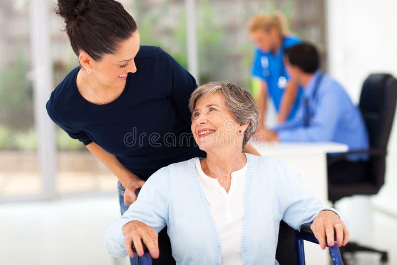 Acompanhando o doutor da mãe fotos de stock royalty free
