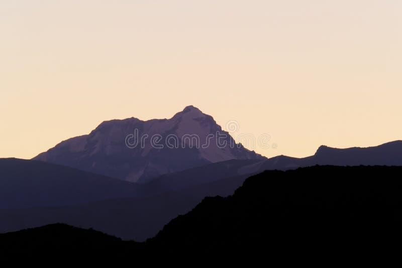 Aconcagua, più alta montagna in Americhe, strati del precordillera andino, vista da Uspallata, Mendoza, Argentina immagine stock libera da diritti