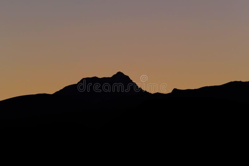 Aconcagua, più alta montagna in Americhe, strati del precordillera andino, vista da Uspallata, Mendoza, Argentina immagini stock