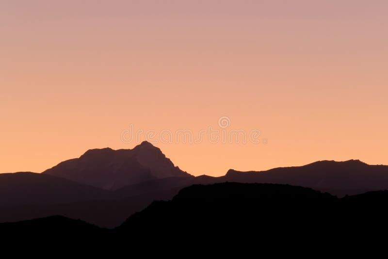 Aconcagua, più alta montagna in Americhe, strati del precordillera andino, vista da Uspallata, Mendoza, Argentina fotografia stock