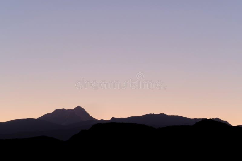 Aconcagua, più alta montagna in Americhe, strati del precordillera andino, vista da Uspallata, Mendoza, Argentina fotografia stock libera da diritti