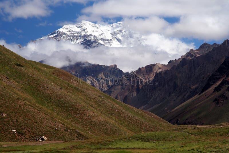 Aconcagua in Wolken royalty-vrije stock foto's