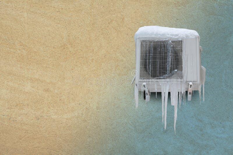 Acondicionador de aire congelado con los carámbanos Concepto de calefacción y de enfriamiento Fondo de la pared de piedra de la a foto de archivo libre de regalías