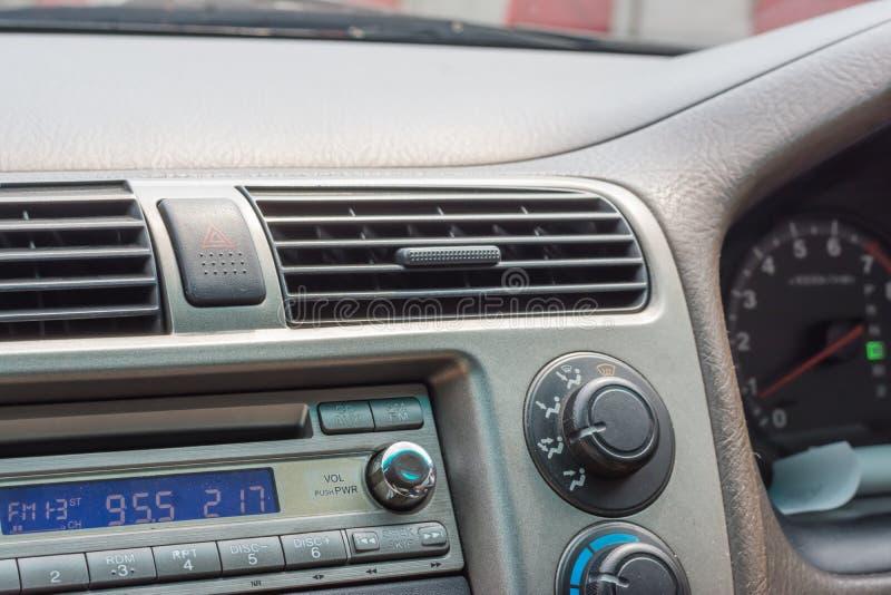 Acondicionador de aire en detalle moderno del interior del coche imagenes de archivo