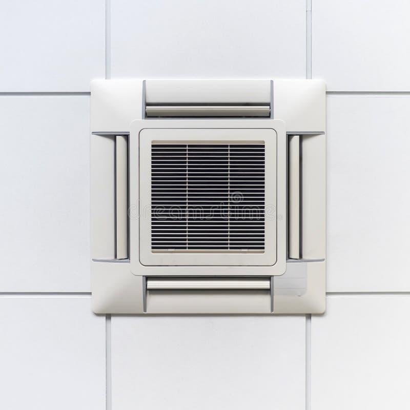 Acondicionador de aire en techo, el diseño moderno para la oficina o la industria imagenes de archivo