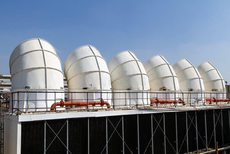 Acondicionador de aire industrial en el tejado