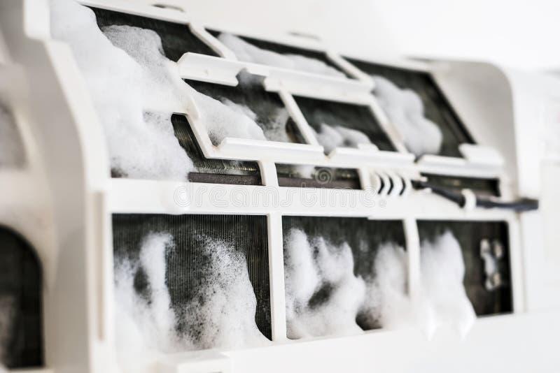 Acondicionador de aire de la limpieza con espuma del espray fotos de archivo