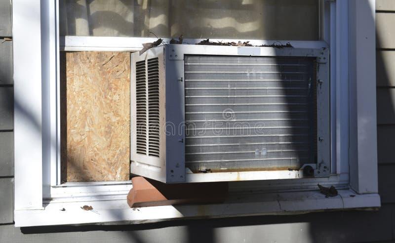 Acondicionador de aire de la ventana en la casa suburbana foto de archivo libre de regalías