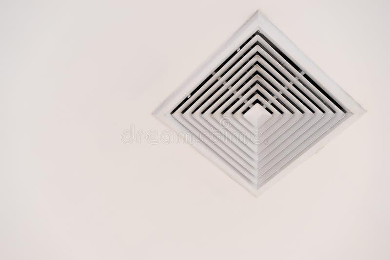 Acondicionador de aire o salida de aire moderno en techo con la trayectoria de recortes y el espacio de la copia imagen de archivo