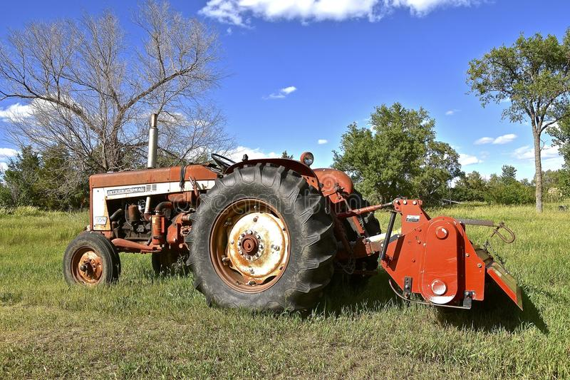Acondicionador viejo del tractor y de heno del International 506 fotos de archivo