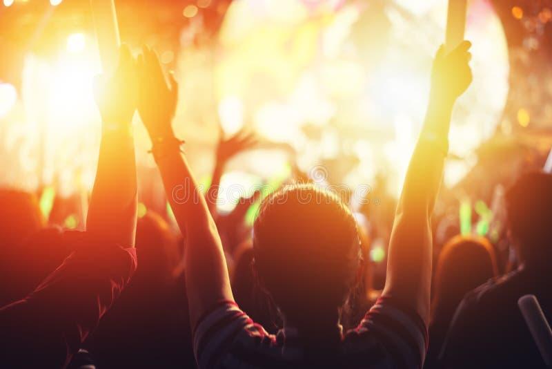 Acontecimiento del partido del concierto de rock Festival de música y etapa de iluminación concentrada fotos de archivo libres de regalías