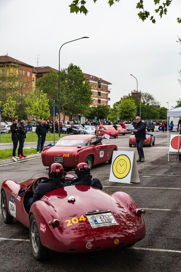 Acontecimiento p?blico del desfile hist?rico de MilleMiglia un ciclismo en ruta italiano cl?sico con los coches del vintage fotos de archivo