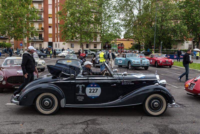 Acontecimiento p?blico del desfile hist?rico de MilleMiglia un ciclismo en ruta italiano cl?sico con los coches del vintage foto de archivo libre de regalías