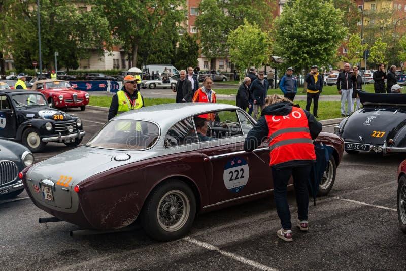 Acontecimiento p?blico del desfile hist?rico de MilleMiglia un ciclismo en ruta italiano cl?sico con los coches del vintage fotos de archivo libres de regalías