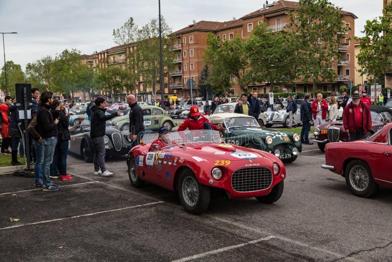 Acontecimiento p?blico del desfile hist?rico de MilleMiglia un ciclismo en ruta italiano cl?sico con los coches del vintage imágenes de archivo libres de regalías