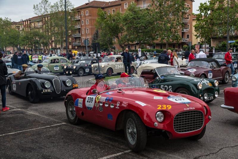 Acontecimiento p?blico del desfile hist?rico de MilleMiglia un ciclismo en ruta italiano cl?sico con los coches del vintage foto de archivo
