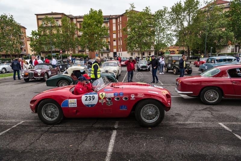 Acontecimiento p?blico del desfile hist?rico de MilleMiglia un ciclismo en ruta italiano cl?sico con los coches del vintage imagenes de archivo