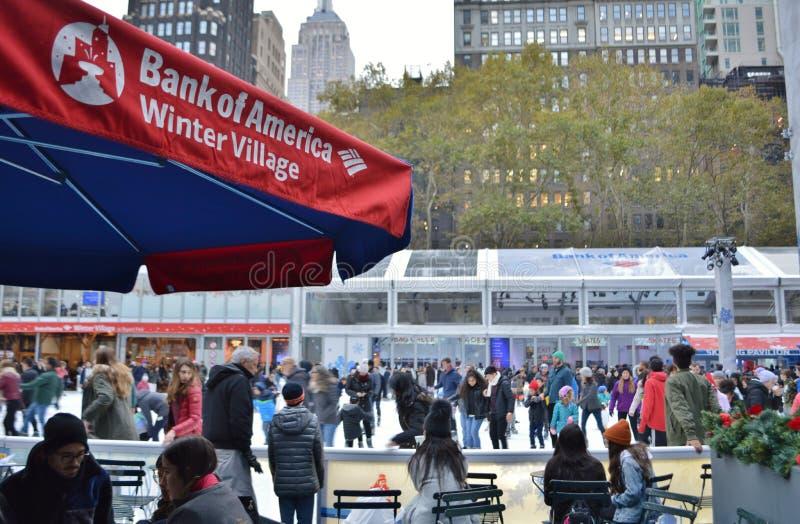 Acontecimientos festivos de la Navidad de la estación de vacaciones de invierno del patinaje de hielo de Bryant Park New York Cit foto de archivo