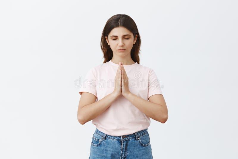 Acopio de la sabiduría de la meditación El retrato de la calma enfocó la yoga practicante de la mujer europea apuesta que llevaba imagen de archivo libre de regalías