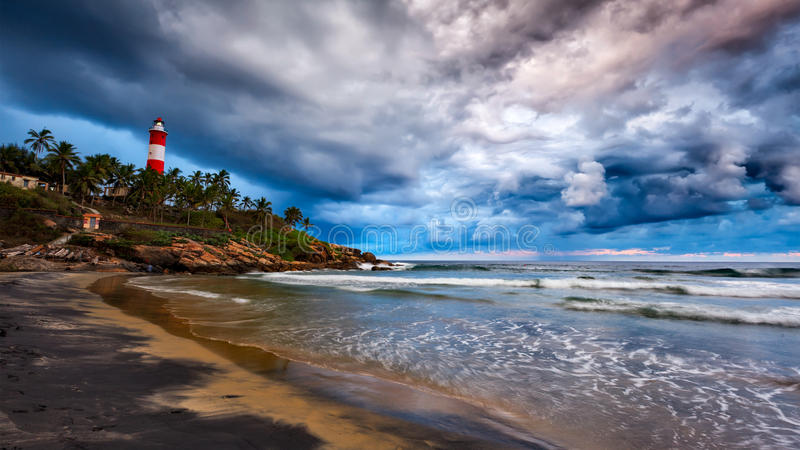 Acopio de la tormenta, playa, faro Kerala, la India imagenes de archivo