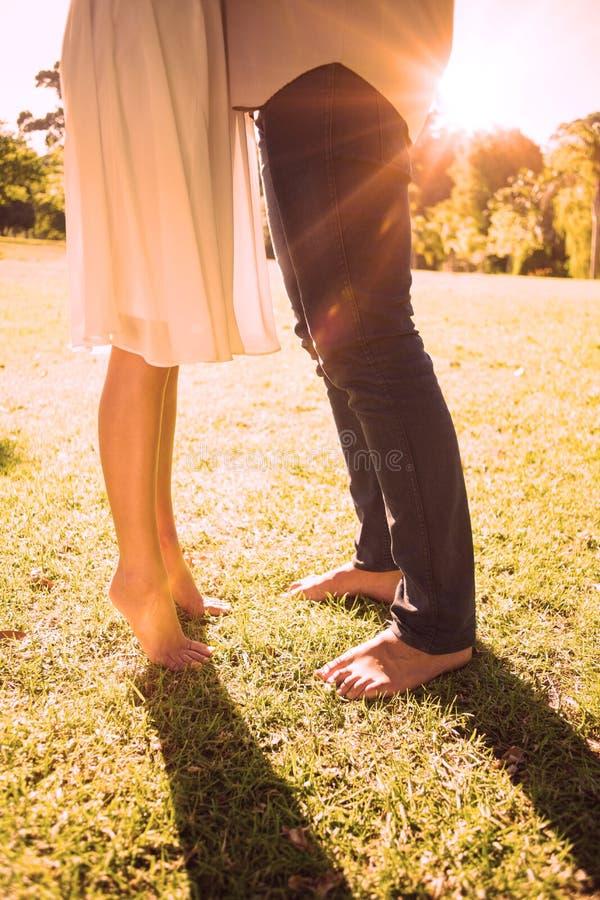 Acopla os pés desencapados que estão na grama ilustração do vetor