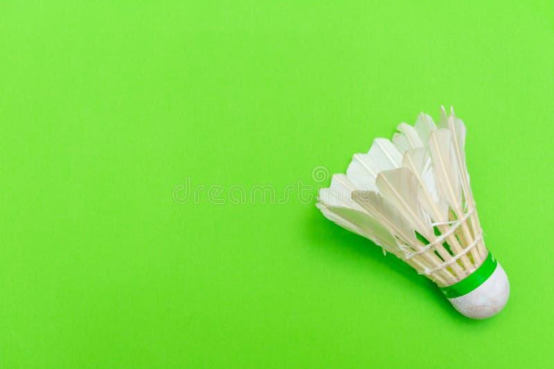 Acoplamento de Badminton ou birdie em um plano verde-claro sólido plano de fundo que simboliza esportes e atividade com espaço de fotografia de stock