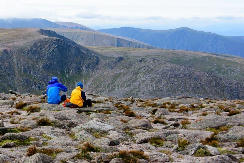 Acople a admiração da vista na cimeira de Gorm Mountain do monte de pedras imagem de stock royalty free