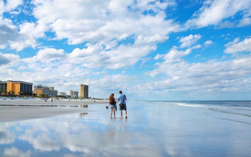 Acople a apreciação do tempo junto na praia bonita de Florida imagens de stock royalty free