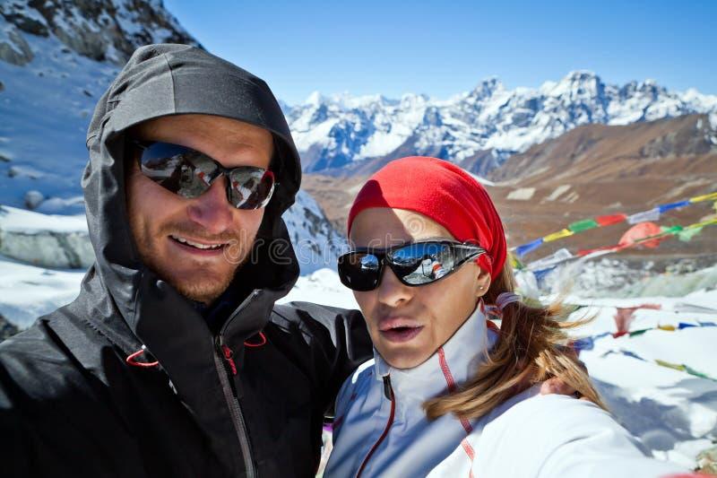 Acople a caminhada na porta do auto de Himalaya, de homem e de mulher imagem de stock royalty free