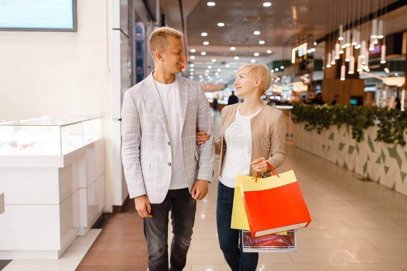 Acople com os sacos de compras na loja de joia fotografia de stock