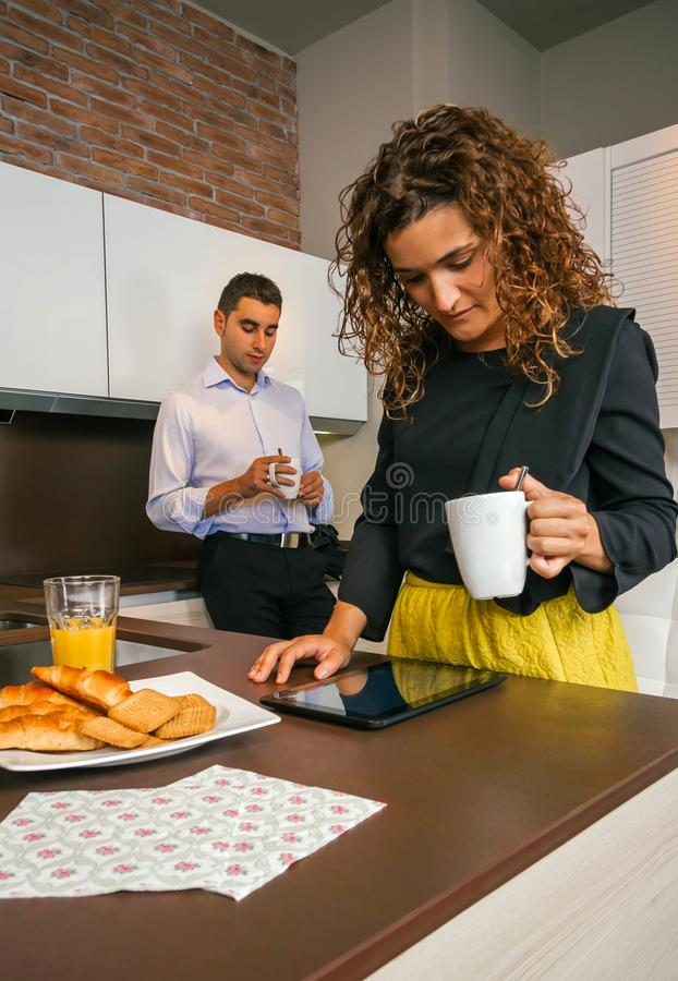 Acople comer o café da manhã rápido antes do vão trabalhar fotos de stock