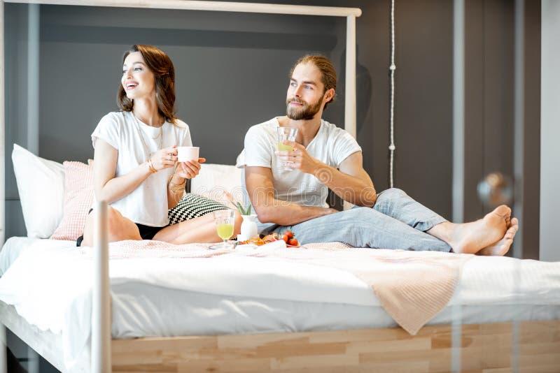 Acople comer um café da manhã no quarto foto de stock royalty free