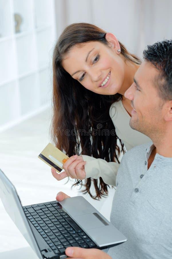 Acople a compra em linha no internt com cartão de crédito fotografia de stock royalty free
