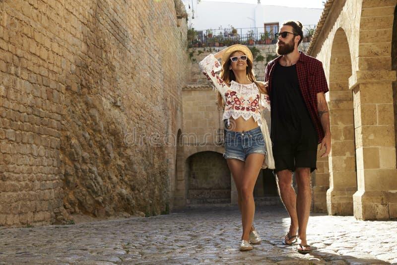 Acople construções velhas sightseeing em férias, Ibiza, Espanha fotografia de stock