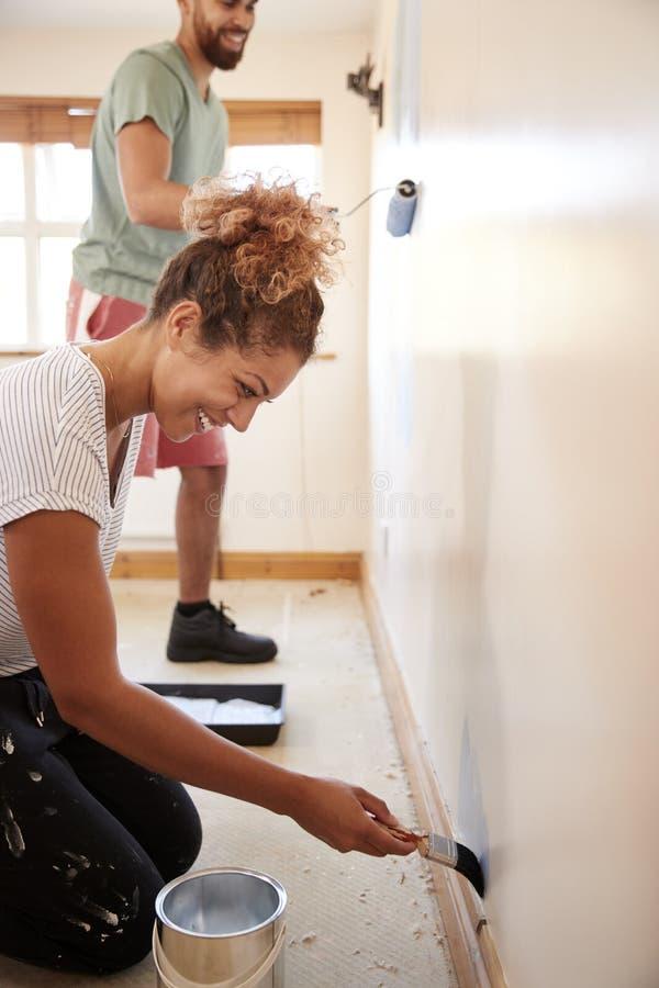 Acople a decoração da sala na parede nova da pintura da casa junto foto de stock royalty free