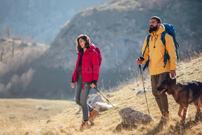 Acople dos caminhantes que andam em uma montanha fotografia de stock royalty free
