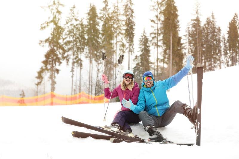 Acople dos esquiadores na inclinação no recurso foto de stock