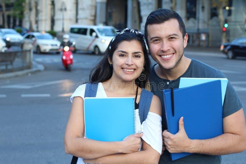 Acople dos imigrantes que obtêm uma educação apropriada fotos de stock