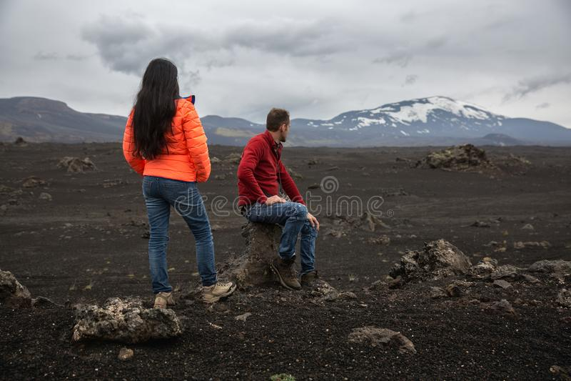 Acople dos turistas que admiram a paisagem do deserto fotografia de stock royalty free