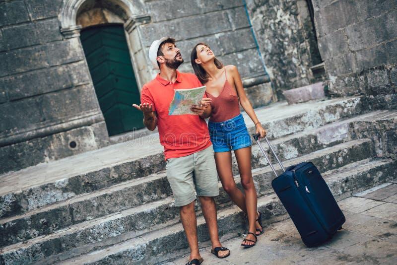 Acople dos turistas que andam em torno da cidade velha F?rias, ver?o, feriado, turismo: conceito fotografia de stock