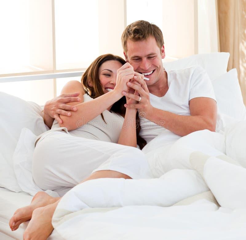 Acople encontrar resultados de um teste de gravidez fotos de stock royalty free