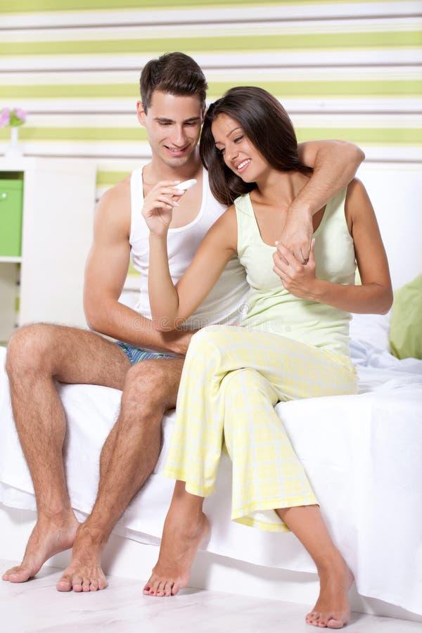 Acople encontrar resultados de um teste de gravidez imagens de stock
