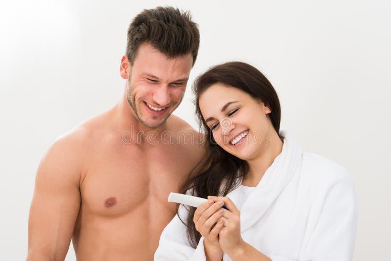 Acople encontrar resultados de um teste de gravidez foto de stock