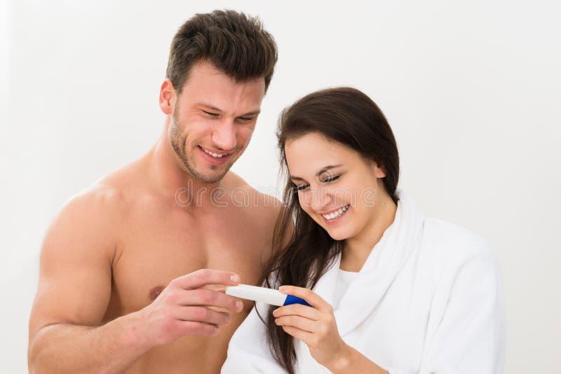 Acople encontrar resultados de um teste de gravidez imagens de stock royalty free