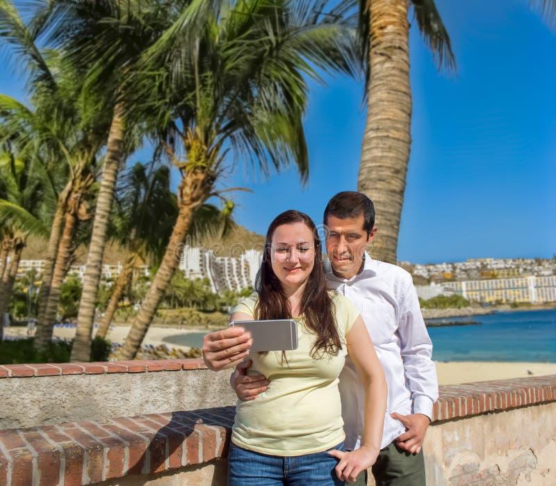 Acople a fatura da foto do selfie na praia amarela fotografia de stock