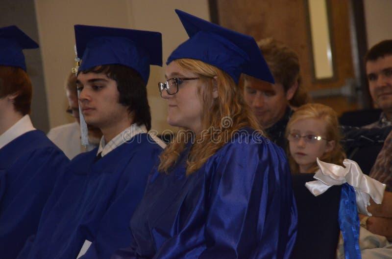 Acople gradiates da High School em sua gradua??o imagens de stock royalty free