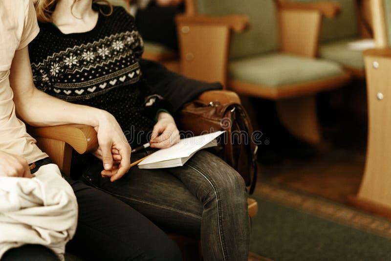 Acople guardar as mãos, sentando-se na reunião, lec do mercado do negócio fotografia de stock royalty free