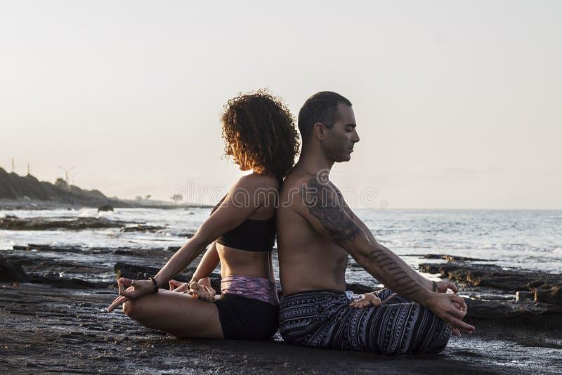 Acople a ioga praticando imagens de stock royalty free